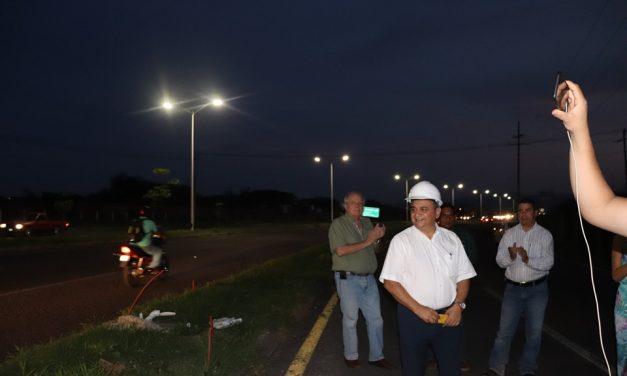Alcalde de Villa de Álvarez, pone en marcha alumbrado en el Arco Poniente