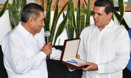Magistrado Miguel García de la Mora recibe la medalla Dr. Guillermo Ruelas Ocampo, por su trayectoria