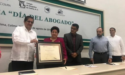 Magistrada del STJE recibe reconocimiento de la  U de C y Colegio de Abogados de Colima A.C.