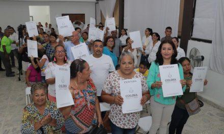 Gobernador entrega escrituras que familias pidieron durante décadas