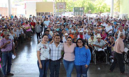 Indira Vizcaíno, entrega pensiones a personas adultas mayores