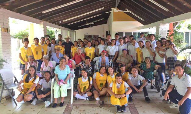 """Alumnos del Bachillerato 35 de la UdeC, campus Tecomán, realizan una visita al asilo """"Purísima Concepción"""""""