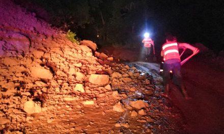 Derrumbes obstruyen un carril por la carretera Manzanillo-Minatitlán: Protección Civil