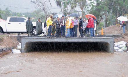 Gobernador recorre zonas afectadas por el huracán