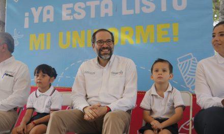 Refrenda JIPS compromiso con la educación especial; entrega uniformes escolares en Tecomán