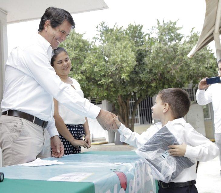 Titular de Sefome entrega uniformes a alumnado de escuelas de la capital y de la comunidad La Estancia