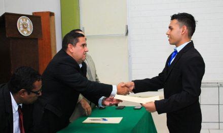 Egresado de bachillerato se titula como técnico en Contabilidad