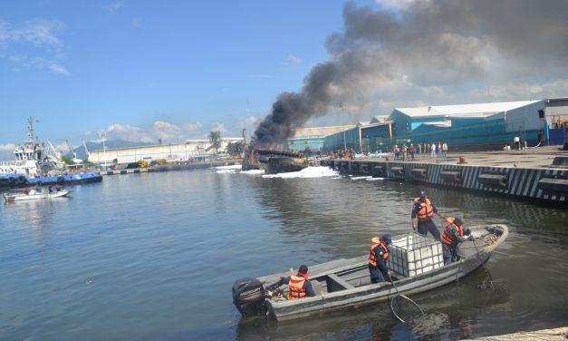 Valorará Profepa daños ambientales por el buque atunero incendiado en Manzanillo
