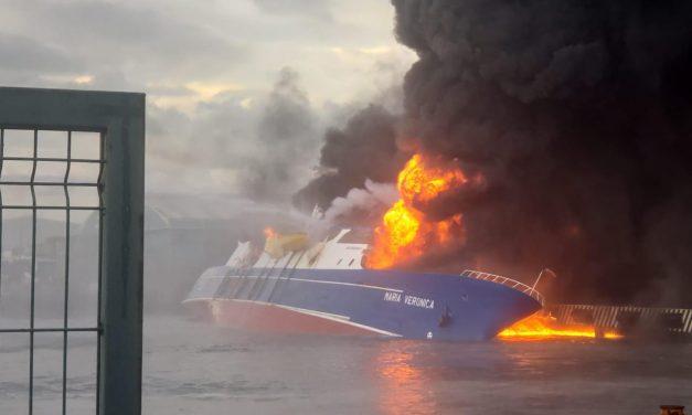 """La Secretaría de Marina participa en las maniobras para extinguir el fuego de la embarcación """"María Verónica"""""""