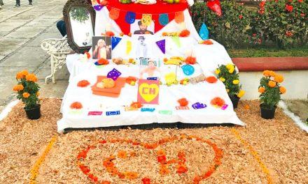 Alumnos realizan altares de muertos en Camotlán de Miraflores