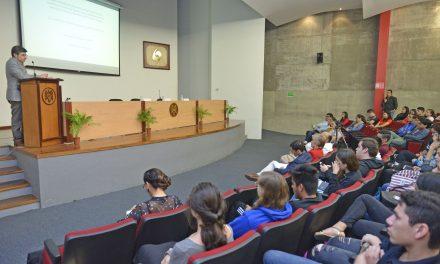 Redes sociales han modificado democracias y regímenes: Noé Castellanos