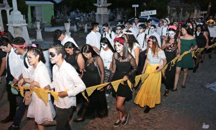 Desfilan Catrinas y Catrines del Panteón a la UdeC