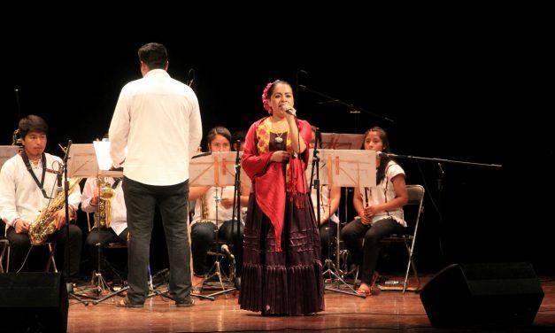 Cantante mixe Tulia Sánchez promueve su cultura en el Teatro Hidalgo de Colima