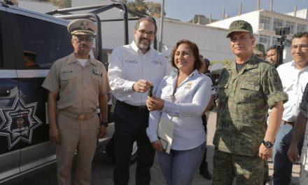 Encabeza gobernador Peralta entrega de patrulla al Ayuntamiento de Manzanillo