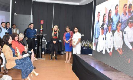 """Entregan reconocimiento """"Griselda Álvarez"""" por su labor a favor de sectores vulnerables a la presidenta del DIF municipal Colima"""