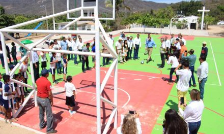 Gobernador entrega obras deportivas y parque en comunidades de Manzanillo