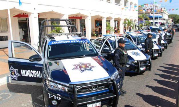 Entrega Ejecutivo estatal patrullas en Tecomán para reforzar la seguridad