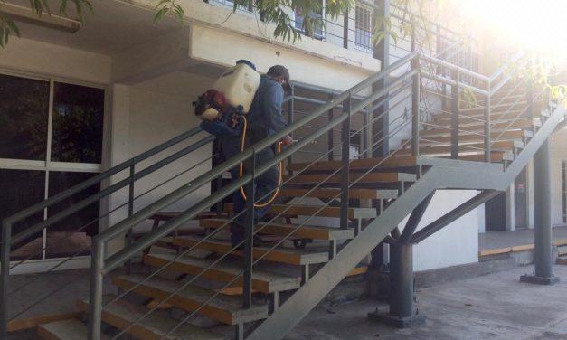 Limpian y fumigan el campus Villa de Álvarez de la U de C