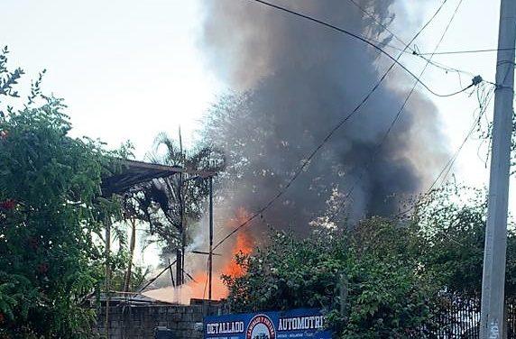 Sofocan bomberos municipales incendio provocado en Salagua