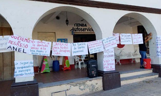 Habitantes de Ixtlahuacán se manifiestan frente a la alcaldía para exigir regresen a la diputada Anel Bueno