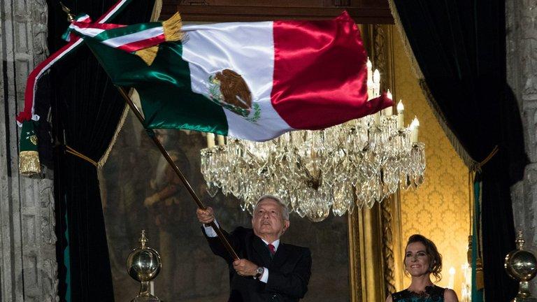 """""""¡VIVA LA ESPERANZA EN EL PORVENIR!"""": AMLO DA GRITO DE INDEPENDENCIA ANTE ZÓCALO VACÍO"""