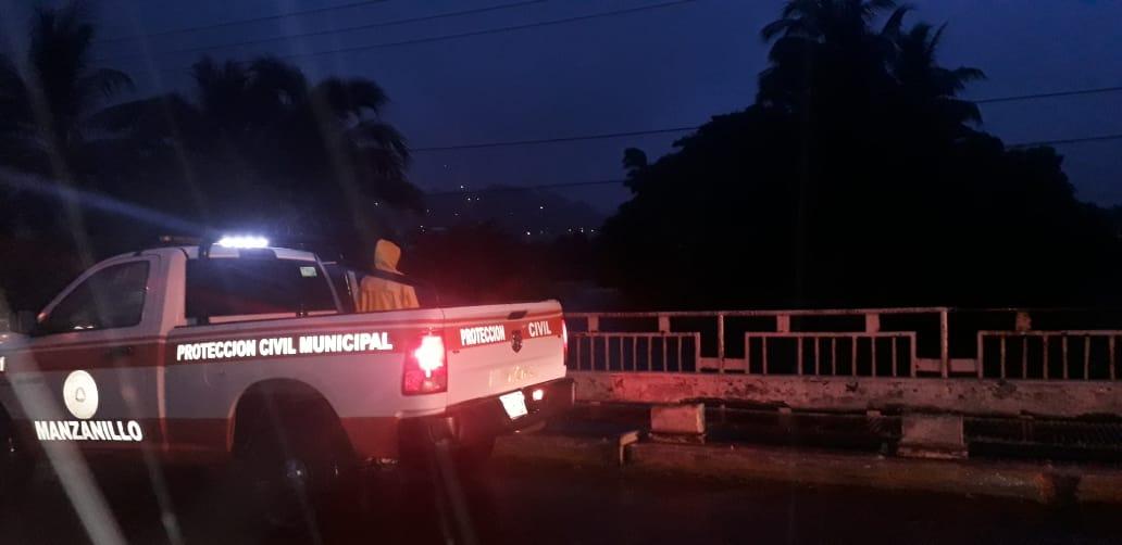 Personal de Protección Civil y Bomberos de manzanillo, auxilian a la población afectada por tormenta