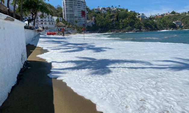 Por fuertes marejadas, Protección Civil cierra la playa La Audiencia, en Manzanillo
