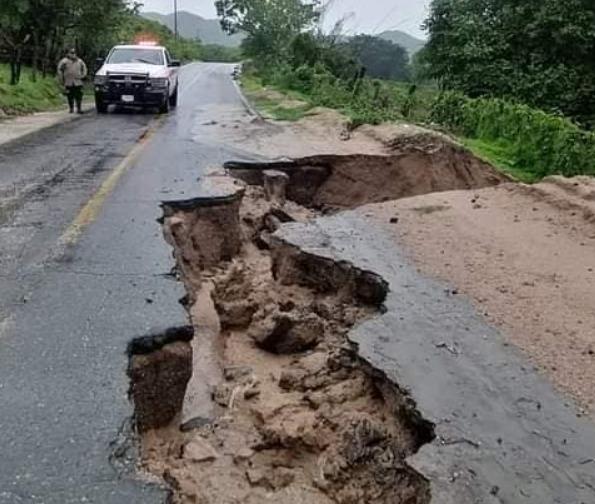 """Daños en la infraestructura carretera, y zonas incomunicadas ocasiona huracán """"Enrique"""""""