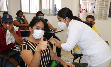 Vacunan en Manzanillo a mayores de 18 años y a mujeres embarazadas