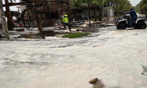 Evacuaron Pascuales por el intenso oleaje que invadió las enramadas